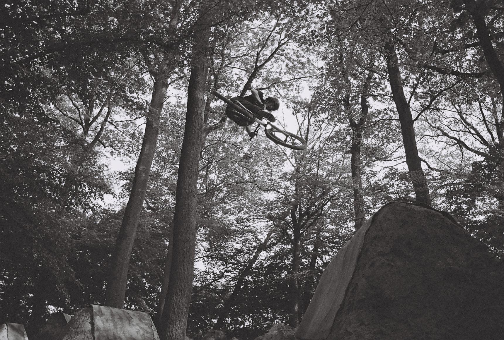 016_Hugo trápí třetí na Digoj. Dřív asi největší skok lesa, teď možná nejpříjemnější, hmm... Houte
