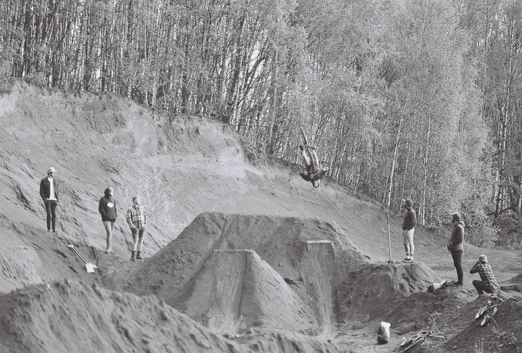 002_Pankáč otvírá session hned z první bekem. Kdo do teď váhal, sahá po kole. Všimněte si v rohu Honzishe s kamerou!