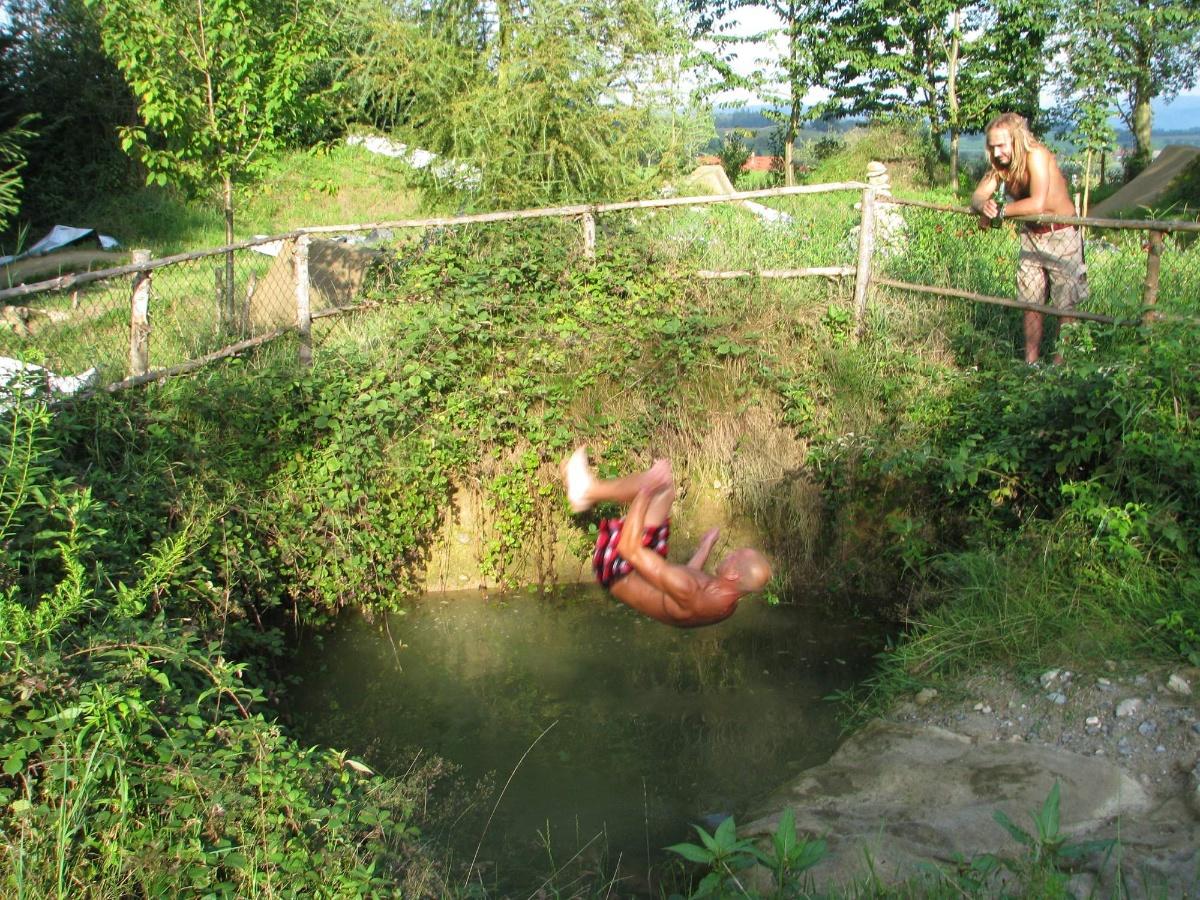 Maras coby plavčík studánky dohlíží na Frenkovo saltíčko