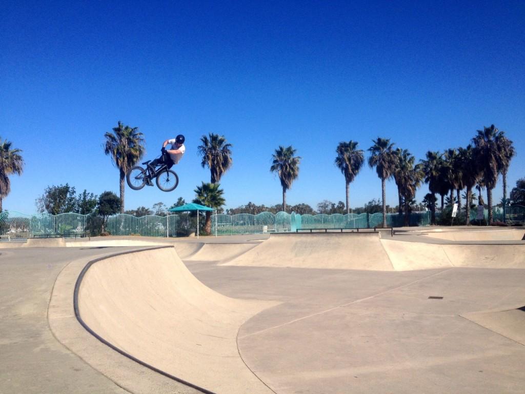 Kudr v lookbacku v Ocean Beach Skateparku, San Diego