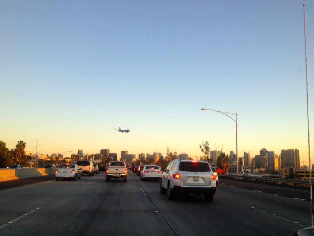 Downtown San Diega a přistávající letadlo